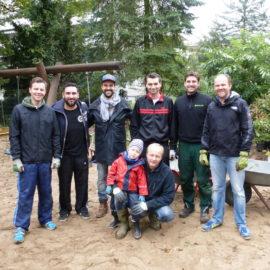 Gartenpflanzaktion | Einmal einen Bagger fahren …