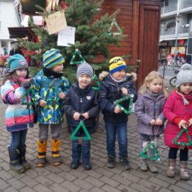 KiTA Kinder schmücken Weihnachtsbaum auf Refrather Winterdorf 2016